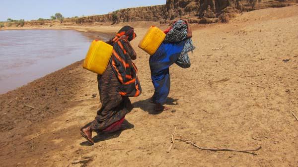 Muchos no tienen burros, y se ven obligados a transportar el agua ellos mismos