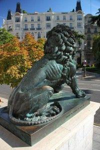 Un león del Congreso de los diputados, por Tomás Fano con licencia [CC BY-SA 2.0]