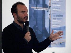Oskar Alegría en un encuentro en la Escuela de Arte de Pamplona en 2014. Foto de escueladeartepamplona (Flickr, Licencia CC).