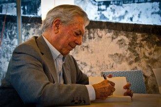Mario Vargas Llosa firmando libros en 2010. Foto de Daniele Devoti bajo licencia CC.
