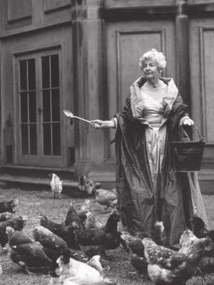 Deborah con las gallinas. Fuente: Bruce Weber