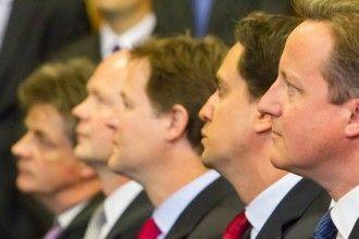 El primer ministro británico, David Cameron, el líder de los laboristas, Ed Miliban, y el líder de los liberales, Nick Clegg, escuchan un discurso en del primer ministro canadiense en el Parlamento. Imagen del Parlamento de Reino Unido bajo licencia CC