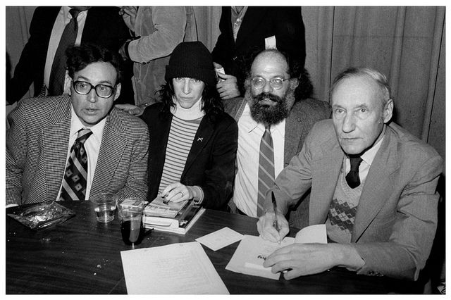 Carl Solomon, Patti Smith, Allen Ginsberg y William S. Burroughs (1977). Vía Flickr/Marcelo Noah
