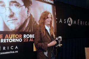 Patti posando con su cámara. Vía Flickr/Casa de América