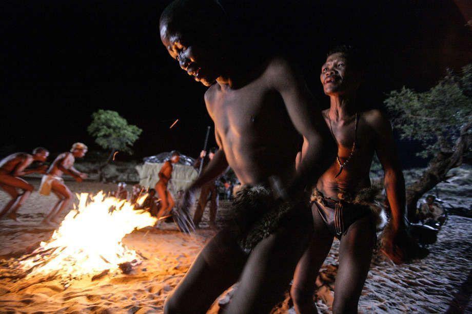 © Brent Stirton Durante el baile de trance de los bosquimanos, los bailarines rodean el fuego, dando palmadas y cantando rítmicamente. Las crisálidas de las mariposas que están atadas a su tobillos traquetean a cada paso. La euforia inducida por la danza puede generar num, una energía hirviente.
