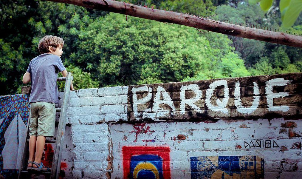 Tras el muro está el parque cc Desacato