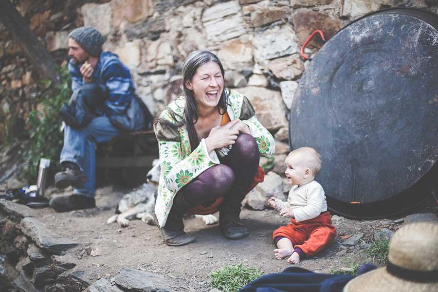 Las risas de esta habitante de la ecoaldea daban energía constante al equipo. Foto: Zhana Yordanova