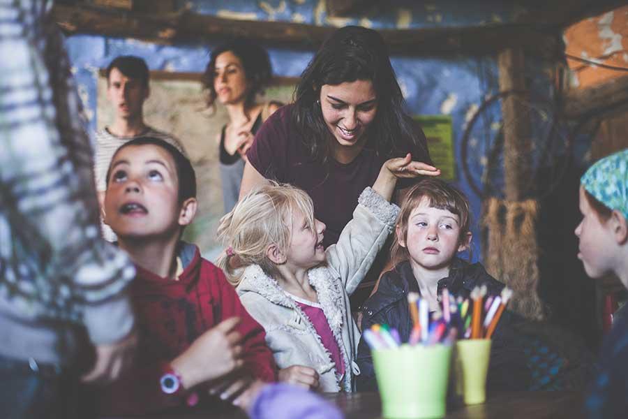 La directora Alba con los niños, presentes y activos durante el rodaje. Foto: Zhana Yordanova