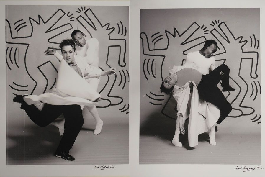 Arnie Zane y Bill T. Jones frente a un decorado de Keith Haring para la coreografía 'Secret Pastures' (1984). Foto de Tom Caravaglia.