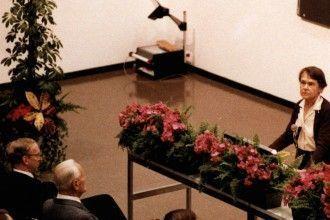 Barbara McClintock durante el discurso de aceptación del Premio Nobel
