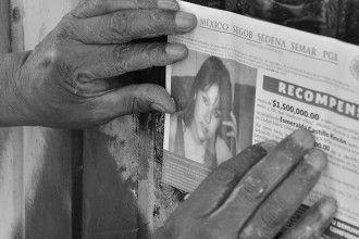 Jose Luis Castillo pegando carteles de recompensa por su hija desaparecida en Ciudad Juárez. Foto: Julia Martínez y Omar Jerez.