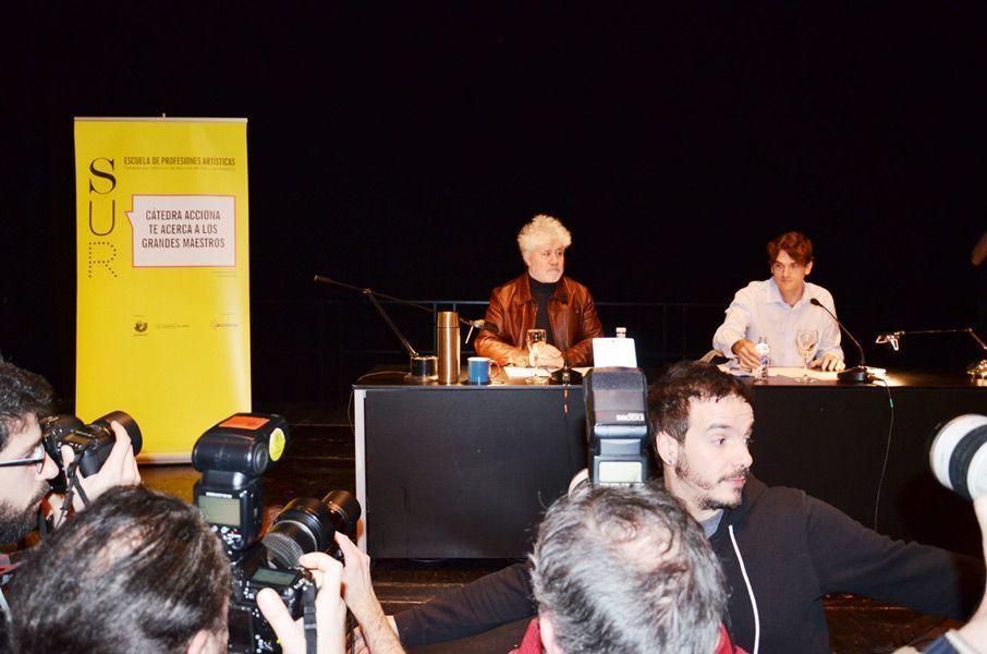 Los periodistas y fotógrafos se avalanchan sobre la mesa donde se encuentra Almodóvar. Foto: Víctor G. Carreño.