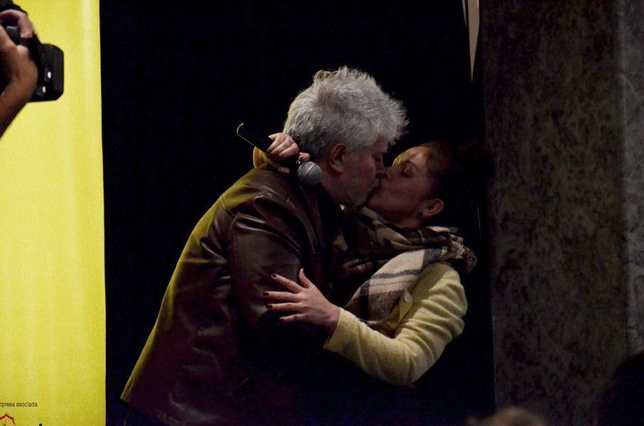 """Almodóvar invitó a subir al escenario a una admiradora y tras un largo beso ella dijo """"¡Contrátame aunque sea como extra!"""". Foto: Víctor G. Carreño."""