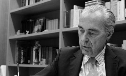Entrevista a Luis Alberto de Cuenca: «Cuando uno se profesionaliza pierde espontaneidad»