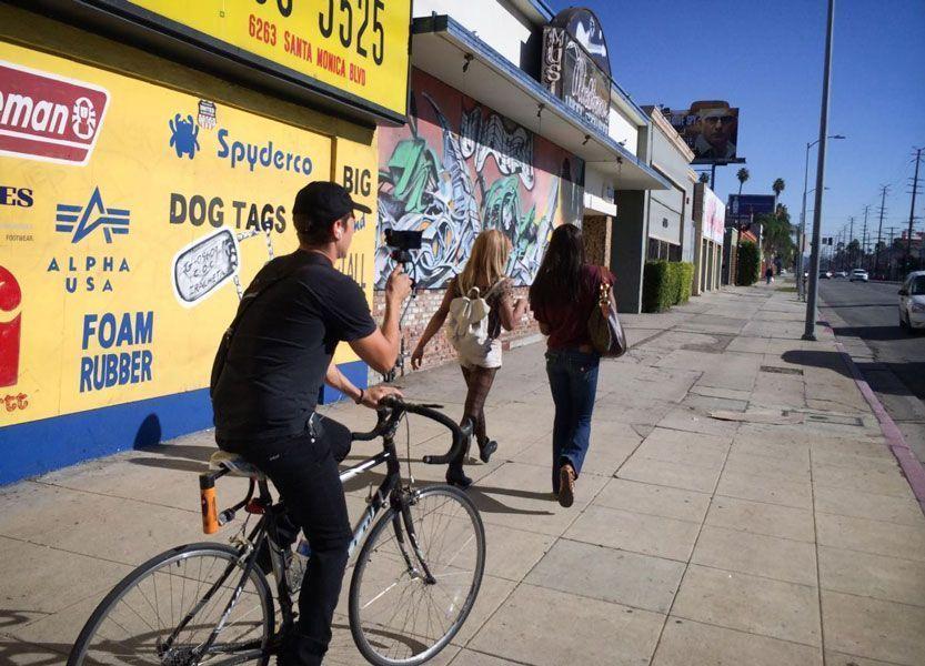 El director de fotografía, Radium Cheung, haciendo un plano de seguimiento con un Iphone y una bici.
