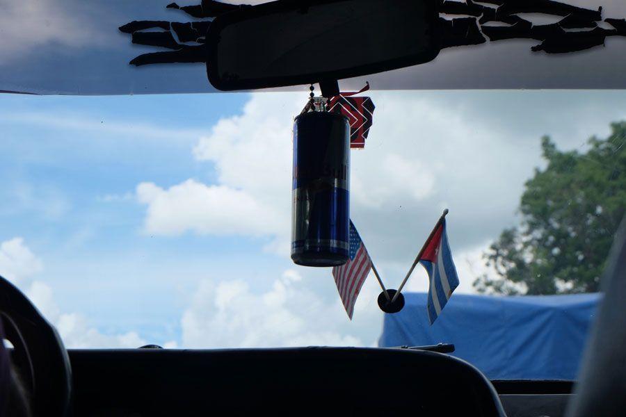 Bandera de Cuba y de Estados Unidos en un coche.