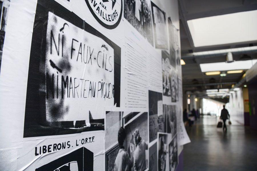 Varias imágenes que recuerdan las movilizaciones de Mayo del 68 en el interior de la universidad. Fotografía de Teresa Suárez.