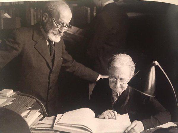 María Goyri y Ramón Menéndez Pidal en el despacho del Romancero