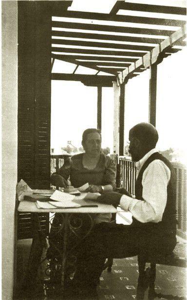 María Goyri y Ramón Menéndez Pidal en la terraza superior de la Cuesta del Zarzal, 5, Chamartín de la Rosa, verano 1926 (foto Gonzalo Menéndez Pidal).