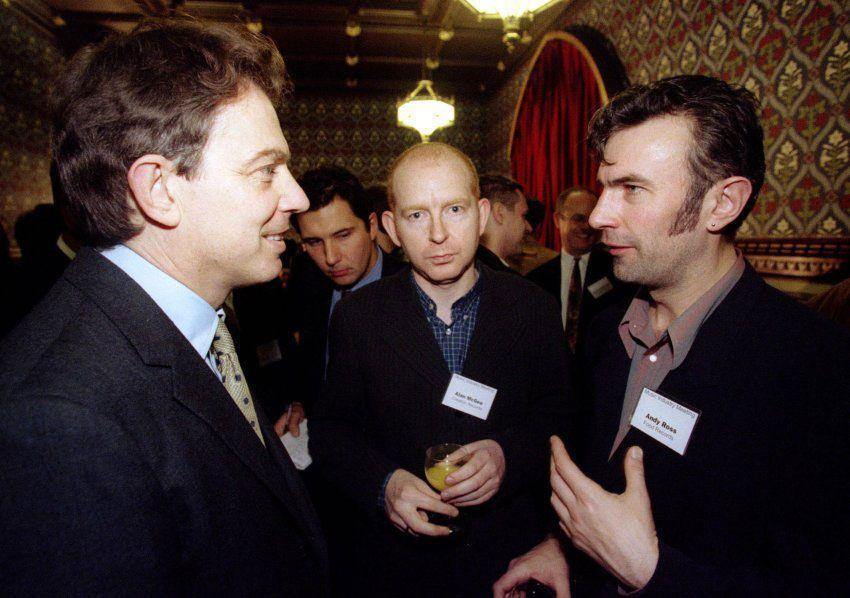 El líder del partido laborista Tony Blair (a la izquierda) conversa con Alan McGee (en el centro) y Andy Ross en una reunión informal con los líderes de la industria de la música (2011). Foto: Kieran Doherty