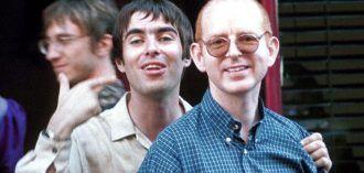 """Alan McGee con el cantante de Oasis, Liam Gallagher justo antes de la publicación de """"Be Here Now"""". Foto:Rex"""