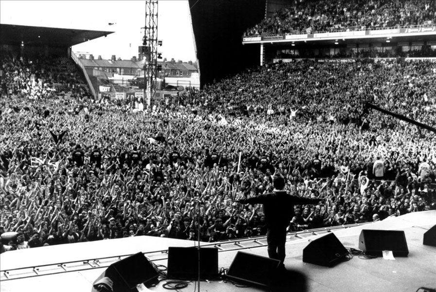 «This is history!» Noel Gallagher, Knebworth, agosto de 1996. Oasis tocó en la ciudad inglesa dos noches seguidas con 250.000 personas cada noche. Más de 2,6 millones de personas solicitaron entradas, convirtiéndolo en el concierto más demandado de la historia de Inglaterra hasta el momento. Foto: Jill Furmanovsky.