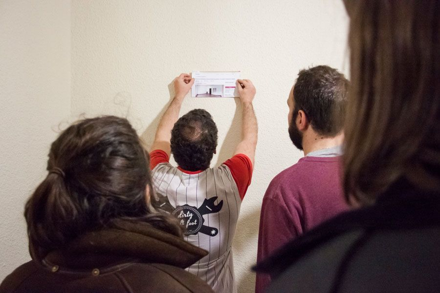DosJotas instalando los pantallazos de las webs inmobiliarias con el anuncio de «Cuarto SEMI amueblado». Foto: ECI.