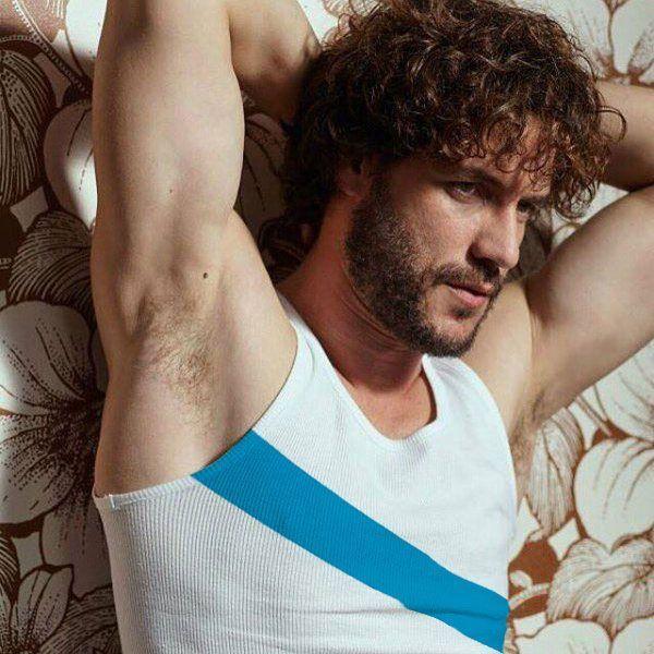 Fotomontaje del autor donde se ha incrustado la franja azul, símbolo de la bandera gallega, en la camiseta de Xoán (Daniel Grao)