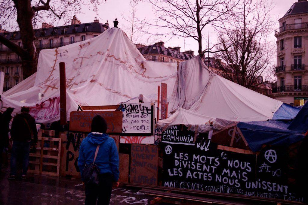 """Les mots nous divisent mais les actes nous unissent"" [Las palabras nos dividen pero los actos nos unen"". Fuente: Nicolas Vigier, fotografía tomada de Flickr."