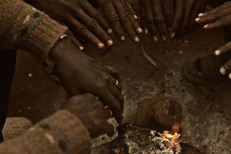 Un grupo de africanos espera el momento de cruzar la valla que los separa de España, en el Monte Gurugú. Foto: Sintagma Films