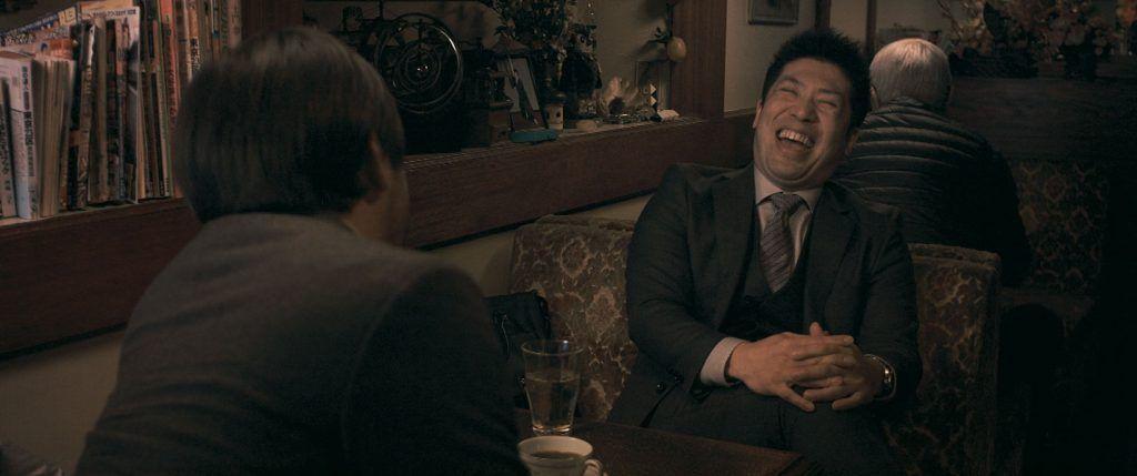 Dos ejecutivos hablan en un bar de Tokio sobre la vida que llevan, revelando sus ambiciones más profundas. Foto: Sintagma Films.