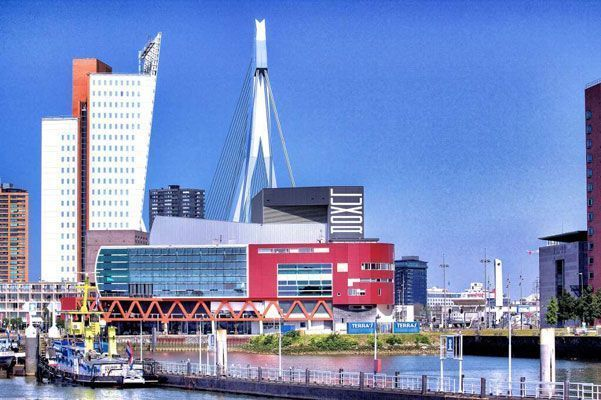 Teatro Luxor, Bolles+Wilson, Rotterdam, 2011. Al fondo, el puente de Erasmo, UNstudio, 1996.