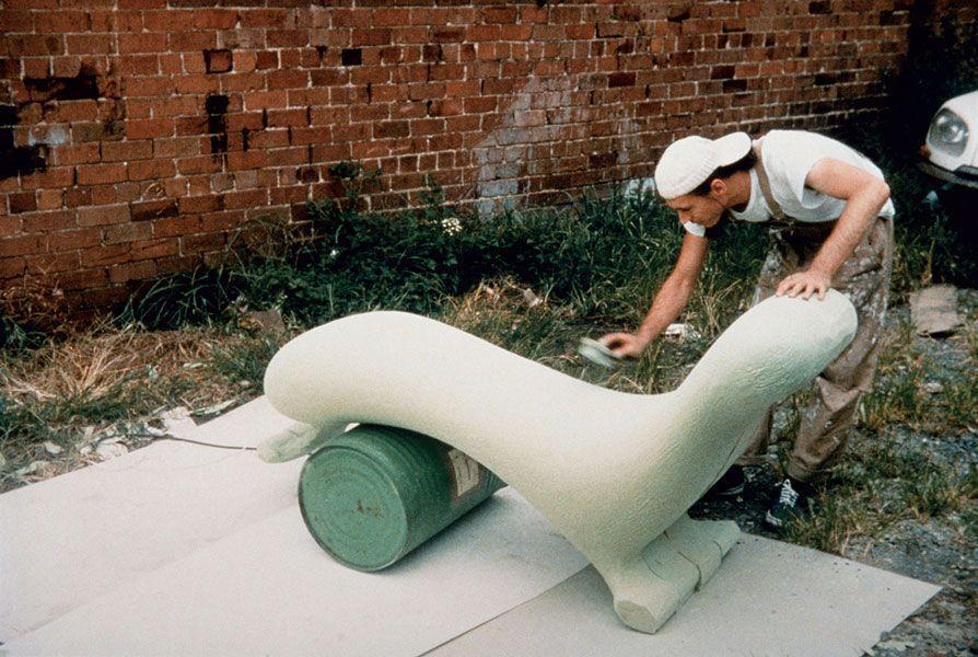 El diseñador australiano Marc Newson dando forma a su sillón Lockheed Lounge, que se vendió por 2 millones de dólares, y se convirtió así en el objeto de diseño más caro del mundo.