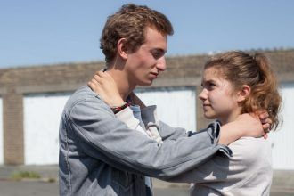 Galatea Bellugi y Kacey Mottet Klein interpretan a Mélanie y Maxime. Imagen: '9 meses' (Compacto)