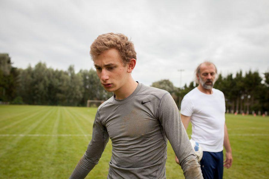 Maxime y su padre entrenan al fútbol juntos.