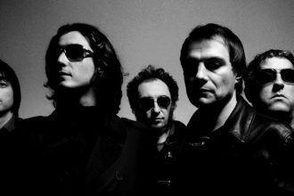 Los Planetas, de izquierda a derecha: Julián (bajo), Banin (guitarra y teclados), Jota (cantante y guitarra), Florent (guitarra) y Eric (batería)
