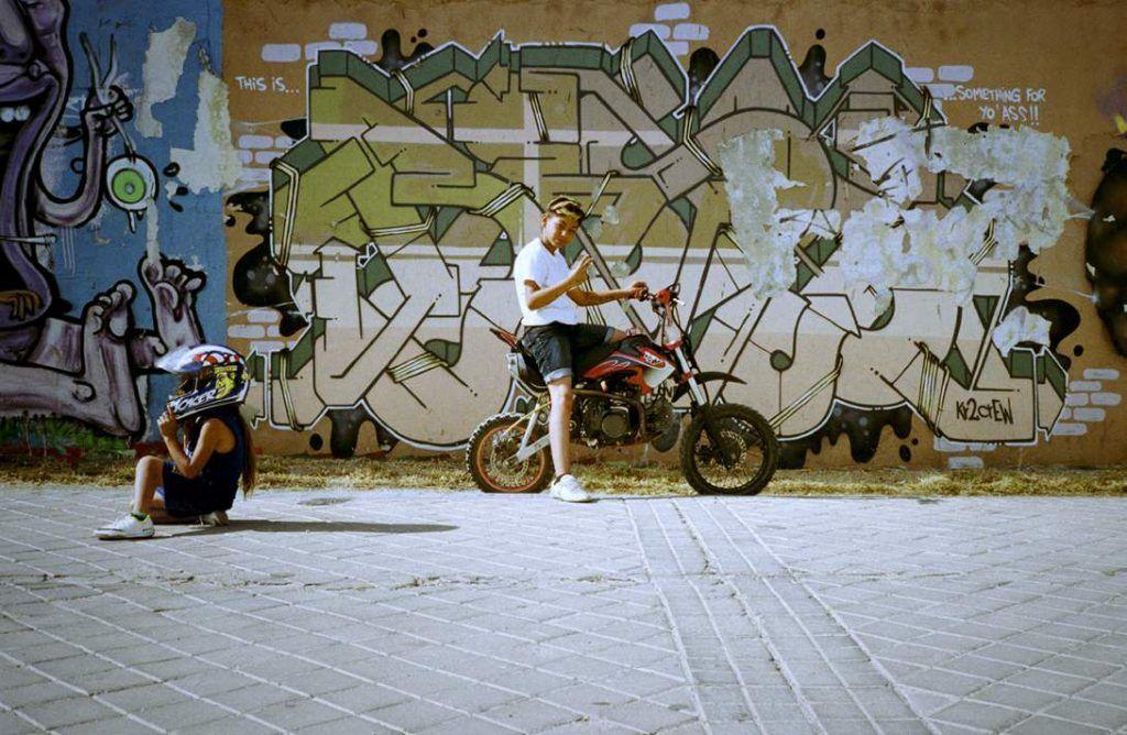 Niños posando para ser fotografiados delante de un muro del colegio Maria Reina, en el Barrio de Orcasur, Madrid.