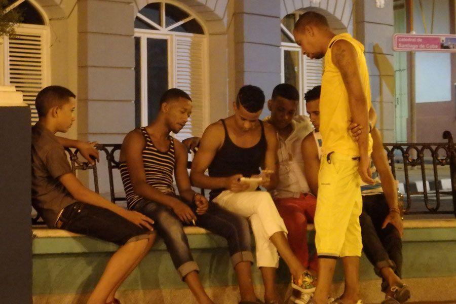 Seis personas, un solo móvil. Internet en Cuba es un bien de lujo.